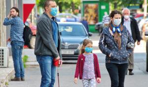 Una familia camina con mascarillas por la pandemia de Covid-19.