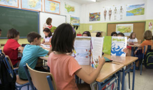 Foto de archivo de una clase de Primaria con alumnos estudiando con los libros prestados por la Consejería de Educación y Deporte.
