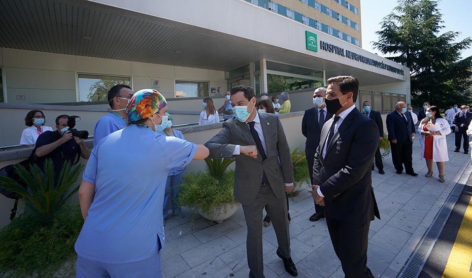 El presidente de la Junta saluda a los trabajadores del Hospìtal Virgen de las Nieves, de Granada.