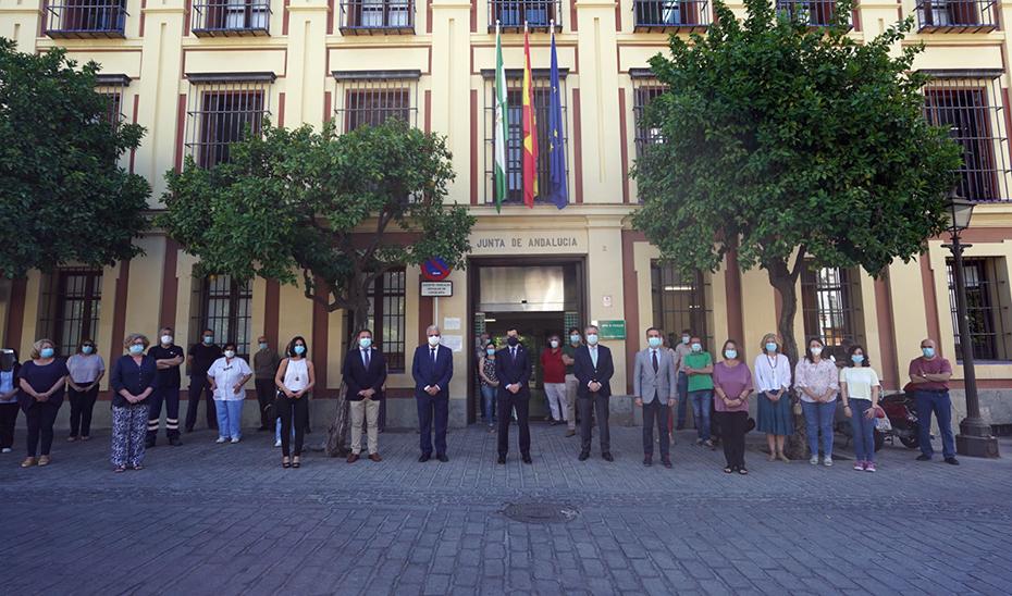El presidente andaluz, entre otras autoridades, en el homenaje a las víctimas de Úbeda.