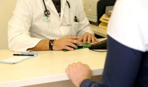 Un médico de atención primaria atiende a un paciente en la consulta.