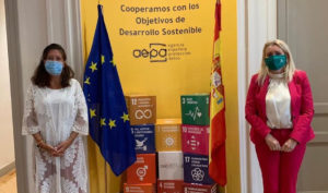 Las directoras del IAM, Laura Fernández, y de la Agencia Española de Protección de Datos (AEPD), Mar España, tras la firma del protocolo.