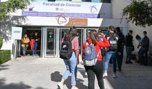 Estudiantes de la Facultad de Ciencias de la Salud de Granada este mismo miércoles (Foto: EFE/Miguel Ángel Molina)