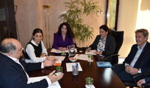 Rocío Ruiz, en una imagen de archivo con los representantes de la comunidad gitana en Andalucía.