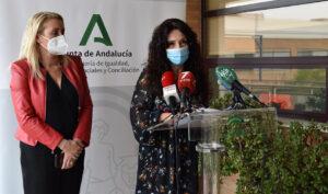 Rocío Ruiz, acompañada de la directora del IAM, Laura Fernández, durante el acto de presentación.