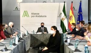 El presidente de la Junta, Juanma Moreno, preside la reunión con los representantes de CERMI.