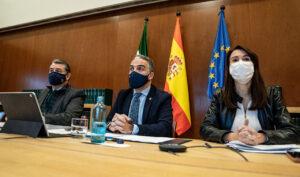 El consejero de la Presidencia, Administración Pública e Interior, Elías Bendodo, el viceconsejero Antonio Sánz y la directora General de Coordinación de Políticas Migratorias, Mar Ahumada, durante la reunión del Foro Andaluz de la Inmigración.