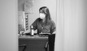 Una profesional sanitaria, en la consulta de su centro.
