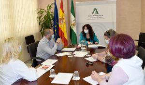 La consejera Rocío Ruiz, durante la reunión con representantes de las trabajadoras de Ayuda a Domicilio.