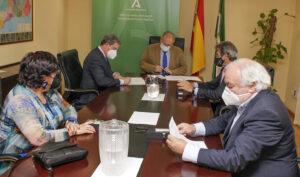 Momento de la firma del convenio entre los responsables del SAS y los del Consejo Andaluz de Colegios de Enfermería (CAE).