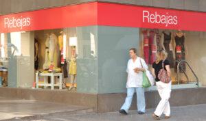 El acuerdo permite abrir comercios los domingos y festivos de los periodos tradicionales de rebajas.