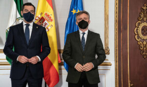 El presidente, Juanma Moreno, al recibir al portavoz parlamentario del PSOE andaluz, José Fiscal.