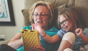 El estudio sitúa a las familias como las mejores alternativas a los centros residenciales para el desarrollo psicosocial de los menores.