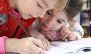 Dos niñas de corta edad dibujando.