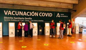 Acceso al dispositivo para la vacunación masiva instalado en el estadio de la Cartuja en Sevilla.