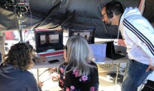La consejera Patricia del Pozo revisa algunas de las tomas grabadas durante una visita a un set de rodaje.