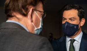 Los presidentes autonómicos Juanma Moreno y Ximo Puig conversan.