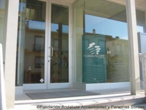 Puerta principal de la Fundación Andaluza Accesibilidad y Personas Sordas