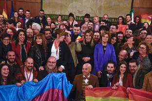 La presidenta de la Junta, Susana Díaz, posa en el Parlamento de Andalucía, tras la aprobación de la Ley para garantizar los derechos, la igualdad de trato y no discriminación de las personas LGTBI, con representantes de estos colectivos y diputados de los grupos políticos andaluces.