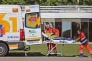 Un paciente es introducido en un vehículo del 061.