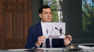 Moreno sostiene una imagen de la propuesta de monumento.