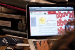 Una trabajadora, ante su ordenador.