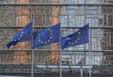 Banderas de la UE ante la Comisión Europea.
