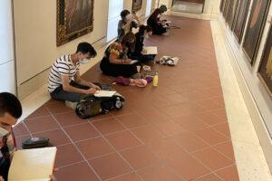 Participantes en una actividad organizada en el Museo de Bellas Artes de Sevilla.