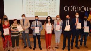 Rocío Ruiz, junto a otros responsables y asistentes en Córdoba a la presentación de la guía de buenas prácticas.