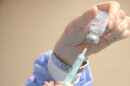 Una enfermera prepara una dosis de la vacuna Moderna para su administración.