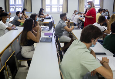 Alumnos de la Universidad Pablo de Olavide asisten de forma presencial a una clase. (Foto Universidad Pablo de Olavide)