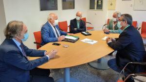 Un momento de la reunión entre Jesús Aguirre, profesionales sanitarios y asociaciones de pacientes para abordar el Plan de Cuidados Paliativos.