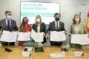La consejera Marifrán Carazo, junto a los representantes de los arquitectos, aparejadores y administradores de fincas, tras la firma del protocolo.