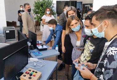 La consejera Rocío Blanco conversa con algunos participantes den el Festival Eutopía 21.